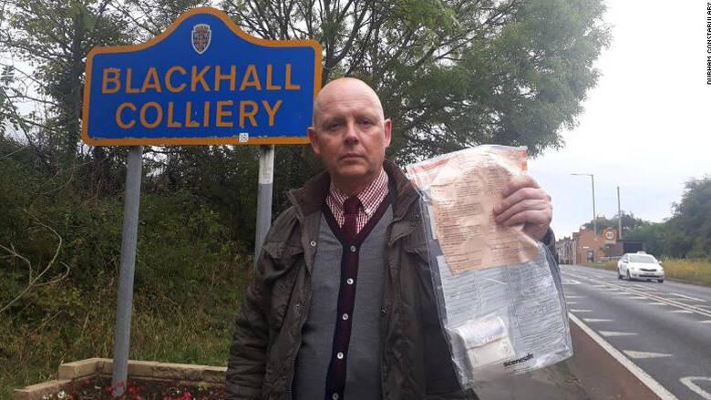 Μυστήριο με τον άγνωστο που αφήνει σακουλάκια με χιλιάδες λίρες στους δρόμους