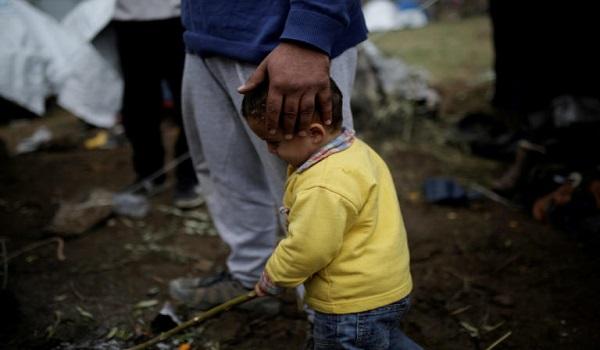 Σάλος με τον αστυνομικό που βρίζει ηλικιωμένη πρόσφυγα στη Μόρια. Η ανακοίνωση της αστυνομίας