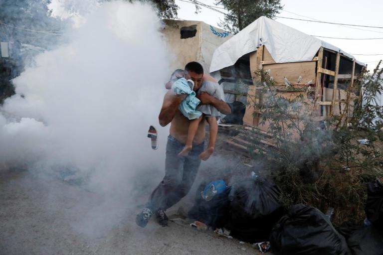 Φονική πυρκαγιά στη Μόρια: Πέθαναν μάνα και παιδί, εξαγριωμένοι οι μετανάστες