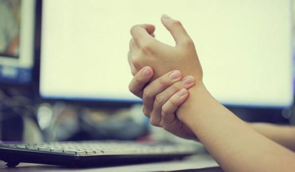 Μουδιάζουν τα χέρια ή τα πόδια σας; Αυτές είναι οι πιθανές αιτίες