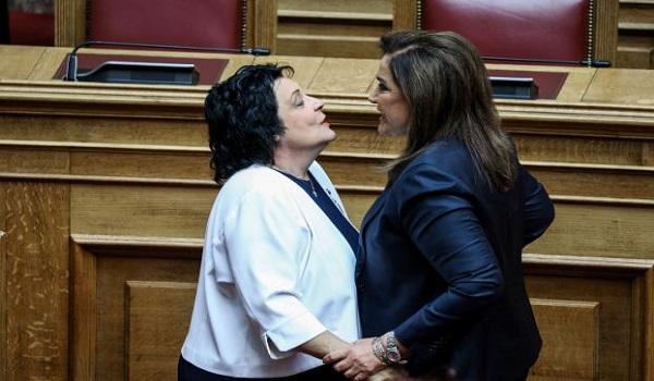 Ο σφιχτός εναγκαλισμός Μπακογιάννη - Κανέλλη στην ορκωμοσία της Βουλής