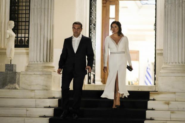 Εντυπωσιακή στα λευκά η Μπέτυ Μπαζιάνα στο Προεδρικό Μέγαρο. H xειραψία Τσίπρα – Στουρνάρα