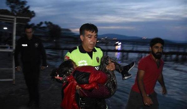 Συγκλονίζουν οι εικόνες από το ναυάγιο στις ακτές της Τουρκίας. Ανάμεσά τους και παιδιά