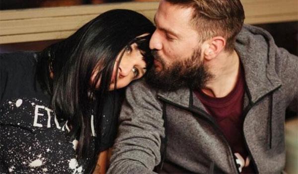 Αθηναΐς Νέγκα: Με ρώτησαν πώς τύλιξα τον σύζυγό μου. Η πληρωμένη απάντηση