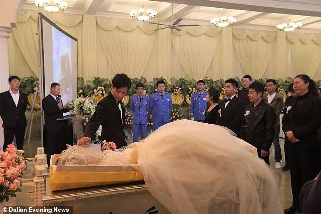 Την ώρα που την κήδευαν εκείνος την παντρευόταν για να δείξει πόσο πολύ την αγαπούσε