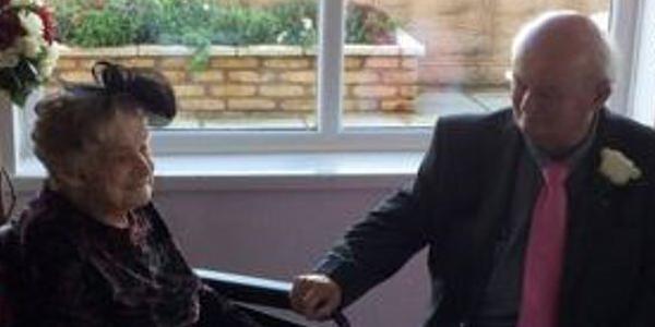 Η νύφη, 100 ετών, παντρεύτηκε τον 74χρονο σύντροφό της μετά από 30 χρόνια