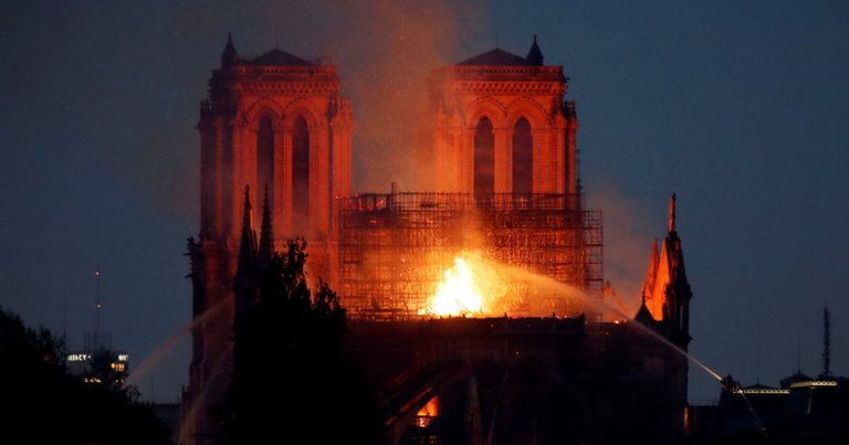 Παγκόσμια θλίψη για την φωτιά στην Παναγία των Παρισίων. Ολονύχτιο θρίλερ