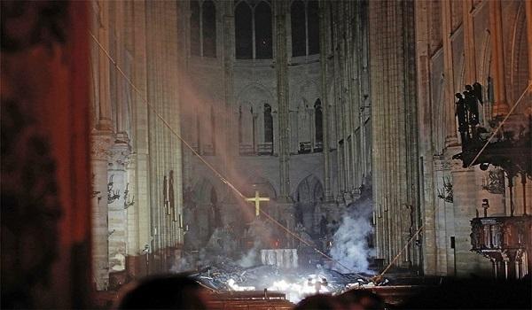 Παναγία των Παρισίων:  Συγκλονιστικές εικόνες από την καταστροφή μέσα και έξω από το ναό