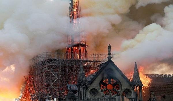 Σώθηκε από ολική καταστροφή η Παναγία των Παρισίων - Υπό έλεγχο η πυρκαγιά