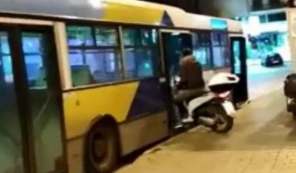 Απίστευτο: Μπήκε σε λεωφορείο του ΟΑΣΑ με το μηχανάκι