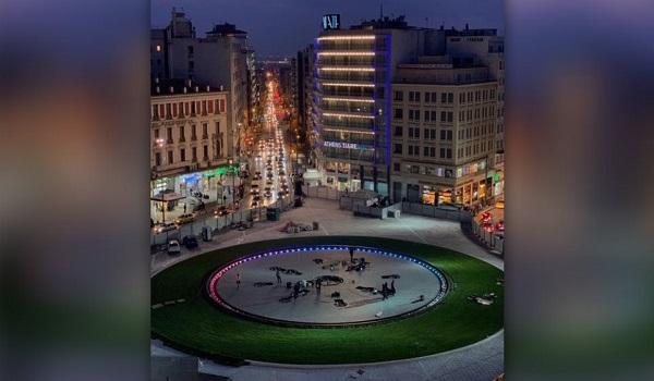 Η πλατεία Ομονοίας τη νύχτα - Δεσπόζει ο χώρος του συντριβανιού