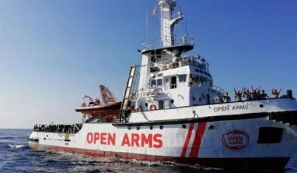 Μυτιλήνη: Κάτοικοι πετώντας πέτρες παρεμπόδισαν πλοίο να αποβιβάσει πρόσφυγες