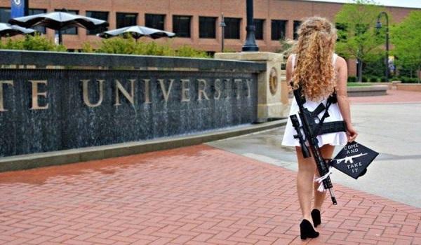 Το παράξενο αξεσουάρ που επέλεξε για την ημέρα της αποφοίτησής της
