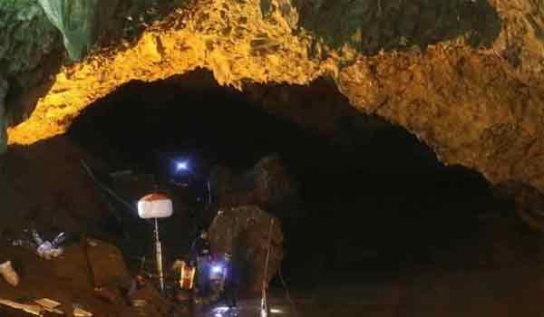 Γιατί οι γονείς δεν αγκαλιάζουν τα παιδιά που βγήκαν απ' το σπήλαιο
