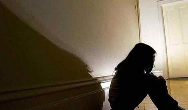 Λέσβος: Ήξερε ότι βίαζε τα τρία ανήλικα παιδιά της και σιωπούσε