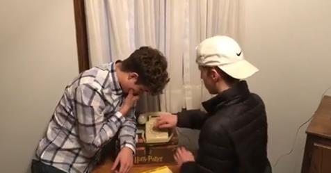 Νεαροί αλεύουν με παλιό σταθερό τηλέφωνο και κολλάνε με το περιστρεφόμενο καντράν