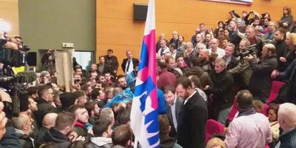 Χαμός στο συνέδριο της ΓΣΕΕ μετά από εισβολή του ΠΑΜΕ. Βίντεο