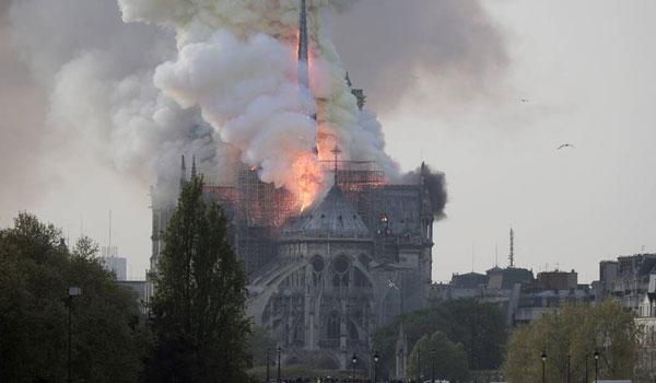 Παναγία των Παρισίων: Τη φρίκη του για την πυρκαγιά εκφράζει ο Τραμπ
