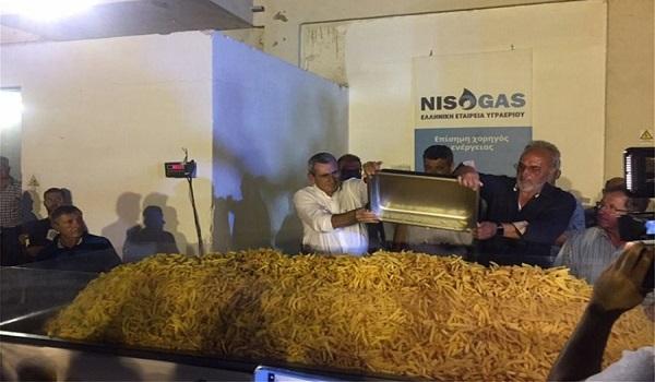 Νάξος: Ρεκόρ Γκίνες με μια μερίδα τηγανιτές πατάτες που ζυγίζει 625 κιλά