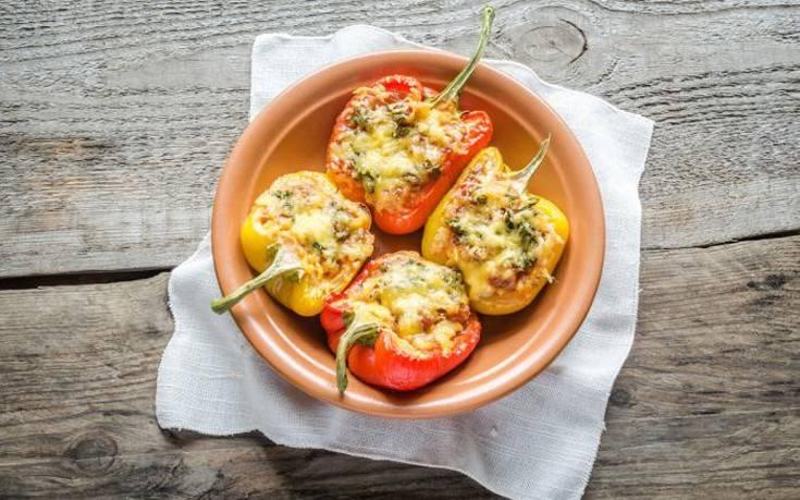 Πιπεριές γεμιστές με χαλούμι και ελιές