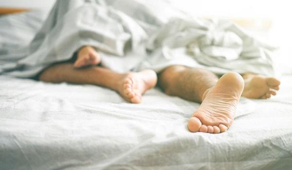 Παθαίνετε κράμπες στα πόδια όταν κοιμάστε; Δείτε τι μπορείτε να κάνετε