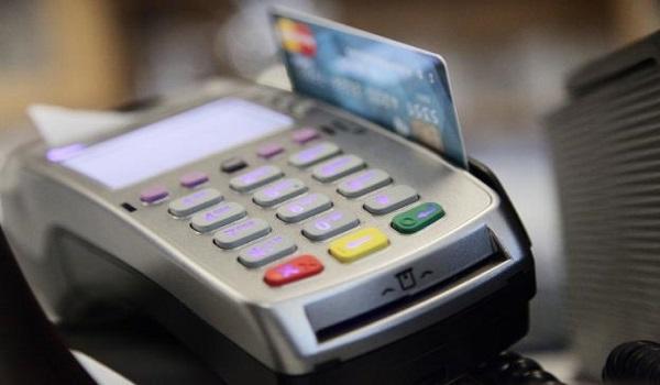 Αυξάνεται ο αριθμός χρεώσεων συναλλαγών στις τράπεζες. Αναλυτικά οι νέες προμήθειες