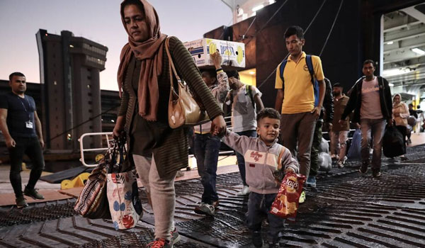 Στον Πειραιά 58 μετανάστες και πρόσφυγες από νησιά του Αιγαίου