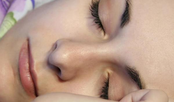 Τα 4 βήματα που πρέπει να ακολουθείτε κάθε βράδυ αν έχετε ευαίσθητη επιδερμίδα