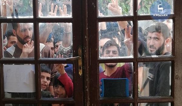 Ξέσπασαν οι πρόσφυγες έξω από το Λιμεναρχείο Ρόδου: Αφήστε μας να φύγουμε δεν αντέχουμε