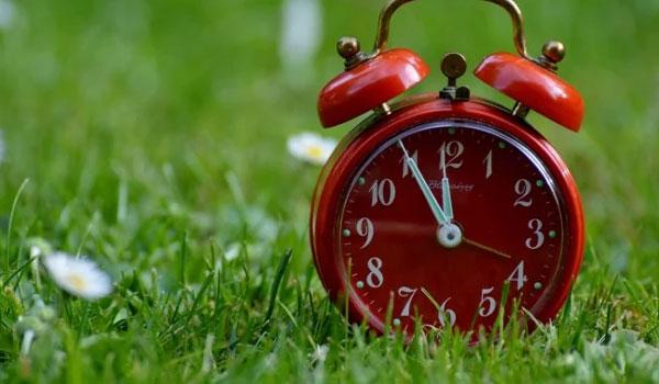 Αλλάζει η ώρα την Κυριακή: Μία ώρα μπροστά οι δείκτες των ρολογιών