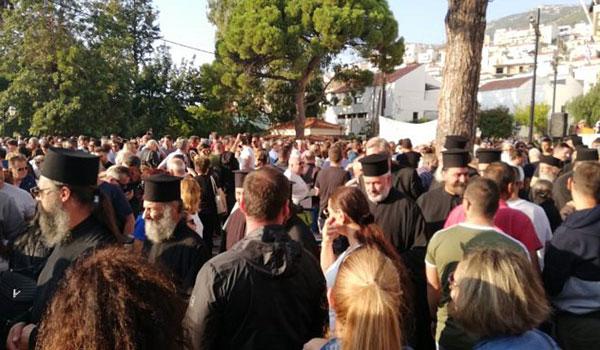 Μεγάλο συλλαλητήριο στη Σάμο με Μητροπολίτη, Περιφερειάρχη, Δήμαρχο: Γίναμε τριτοκοσμικοί
