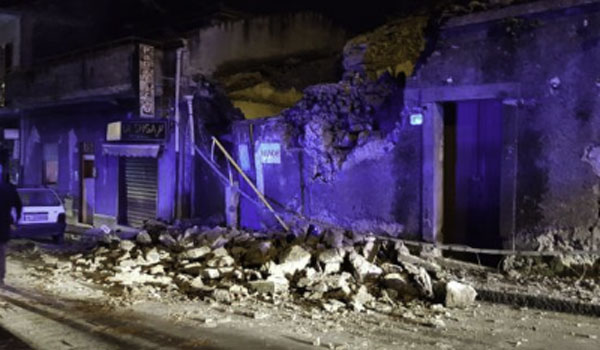 Ιταλία: Τρόμος από σεισμό στη Σικελία. Κατέρρευσαν κτίρια. Δέκα τραυματίες