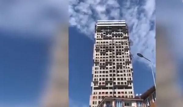 Συγκλονιστικό βίντεο από τον σεισμό στην Τουρκία - Σείεται πολυώροφο κτήριο
