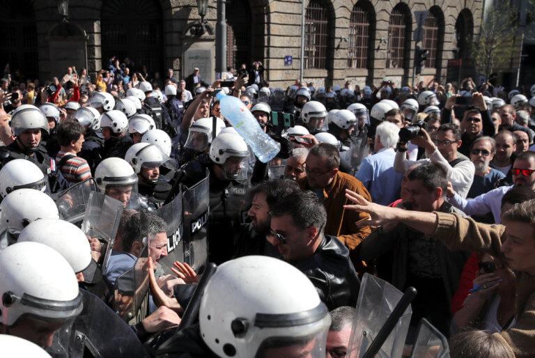 Αγριεύει η κατάσταση στη Σερβία: Αποκλεισμένος από διαδηλωτές στο προεδρικό Μέγαρο ο Βούτσιτς