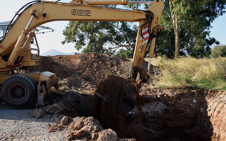 Σκάβουν για κρυμμένο θησαυρό στο Άργος. Οι θρύλοι, οι διηγήσεις και οι λίρες - Εικόνες από το σημείο