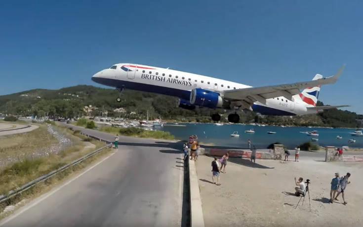 Εκεί στην Σκιάθο είναι αμετανόητοι: Αεροπλάνο πετάει ξυστά από τα κεφάλια κόσμου
