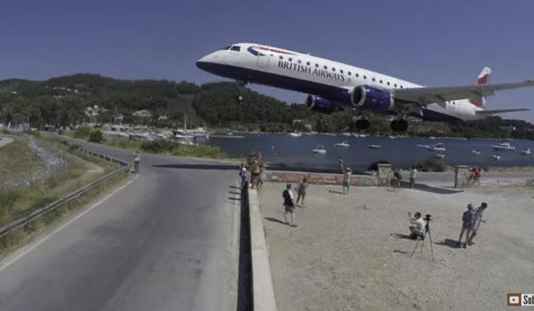 Αεροπλάνο περνά πάνω από τουρίστες στη Σκιάθο! Βίντεο κόβει την ανάσα