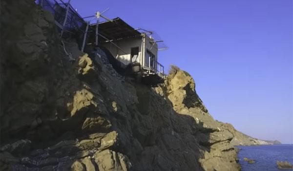 Κρήτη: Σπίτι κρέμεται πάνω από γκρεμό και κόβει την ανάσα!