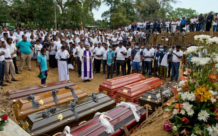 Σρι Λάνκα: Βομβιστής ανάμεσα στα θύματά του λίγο πριν ανατιναχθεί. Σοκάρουν τα βίντεο