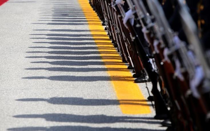Η στιγμή που στρατιωτικός λιποθυμά μπροστά στον υφυπουργό Άμυνας
