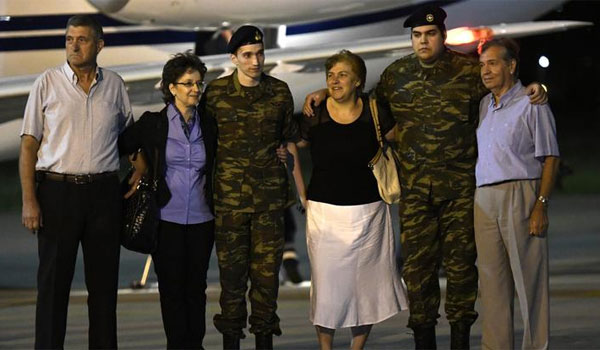 Τις πρώτες πρωινές ώρες στην Ελλάδα οι δύο Έλληνες στρατιωτικοί