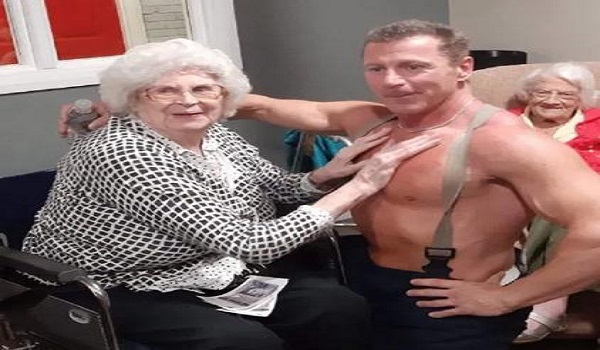 Στριπτίζ μέσα σε οίκο ευγηρίας - Οι γιαγιάδες ούρλιαζαν και χειροκροτούσαν τον στρίπερ