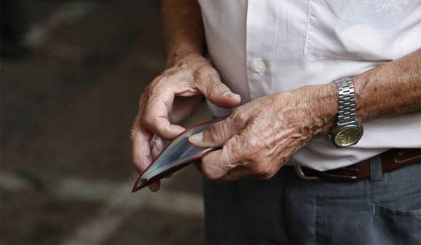 """Αντιδράσεις συνταξιούχων για την """"κουτσουρεμένη"""" 13η σύνταξη"""