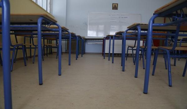 Εκπαιδευτικός τέθηκε σε αργία για τα άσεμνα σχόλια στις μαθήτριές του