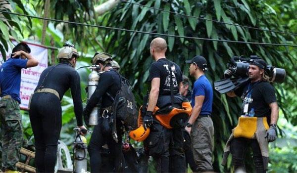 Συγκλονιστικό βίντεο από την Ταϊλάνδη: H στιγμή που βγαίνει παιδί από τo σπήλαιο