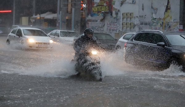 Ισχυρή καταιγίδα με χαλάζι πλήττει την Θεσσαλονίκη