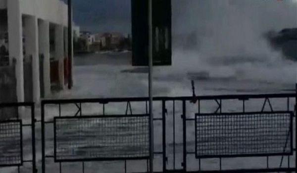 Τήνος: Τεράστια κύματα καταπίνουν το λιμάνι