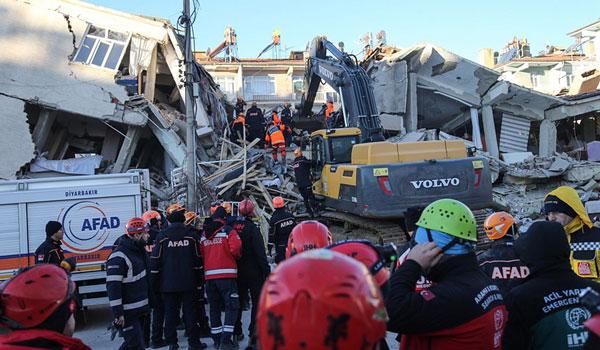 Σεισμός στην Τουρκία: Αυξάνεται ο αριθμός των νεκρών - Συγκλονίζουν οι εικόνες από τις διασώσεις
