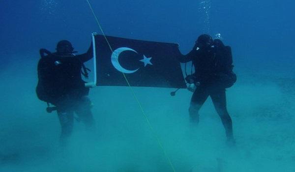 Τούρκοι κομάντος φωτογραφίζονται με την τουρκική σημαία στον βυθό της Σούδας