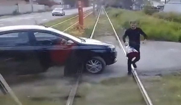 Έβαλε το αυτοκίνητο κάθετα στις γραμμές του τραμ - Ο λόγος τους άφησε άφωνους